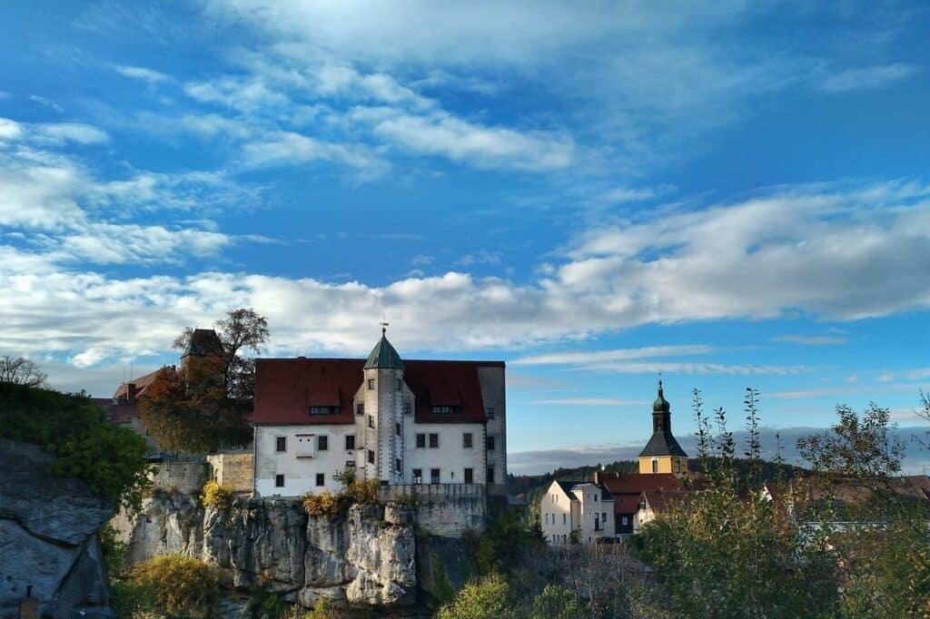 Burcht Hohnstein ligt bovenop een rots