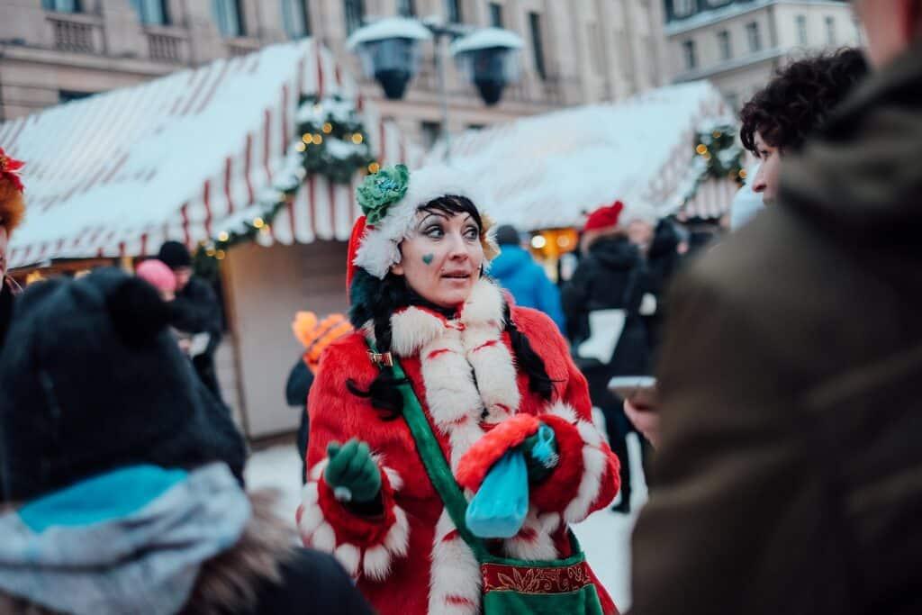 Kerstvrouw op kerstmarkt Riga