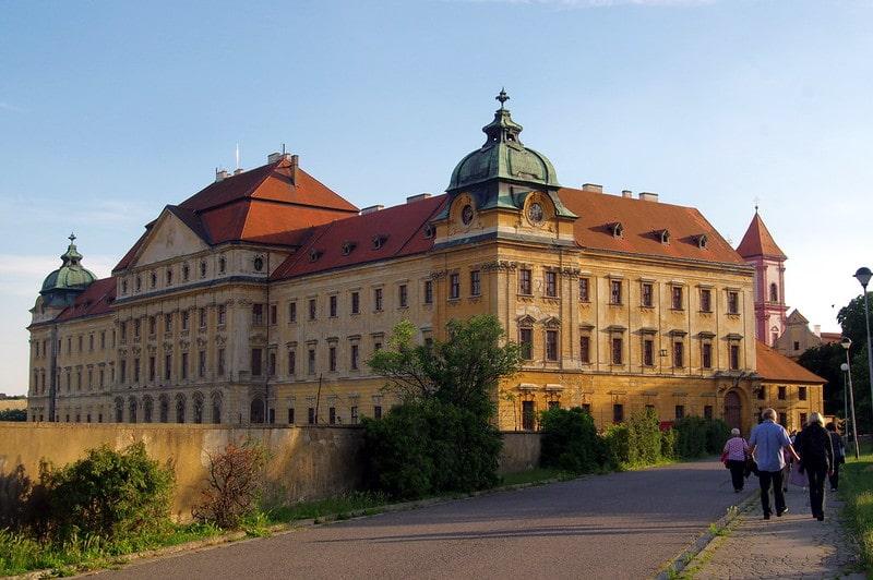 Loucky klooster - Wie is de mol