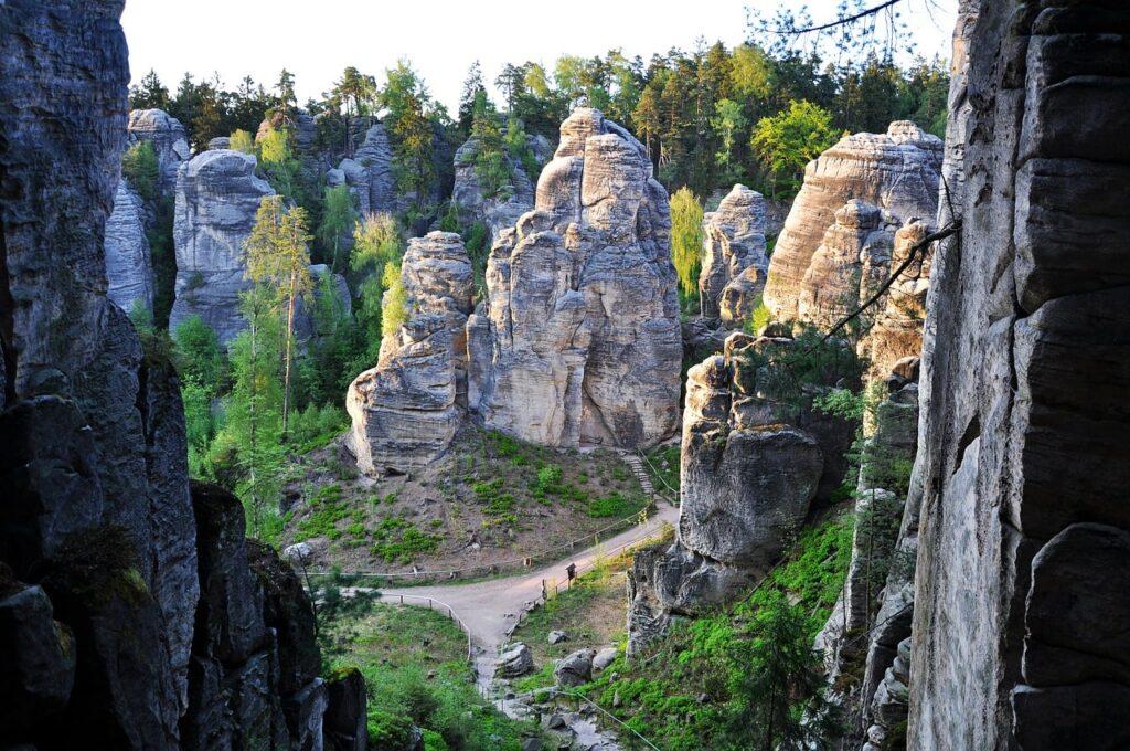 wandelpaden tussen de rotsen