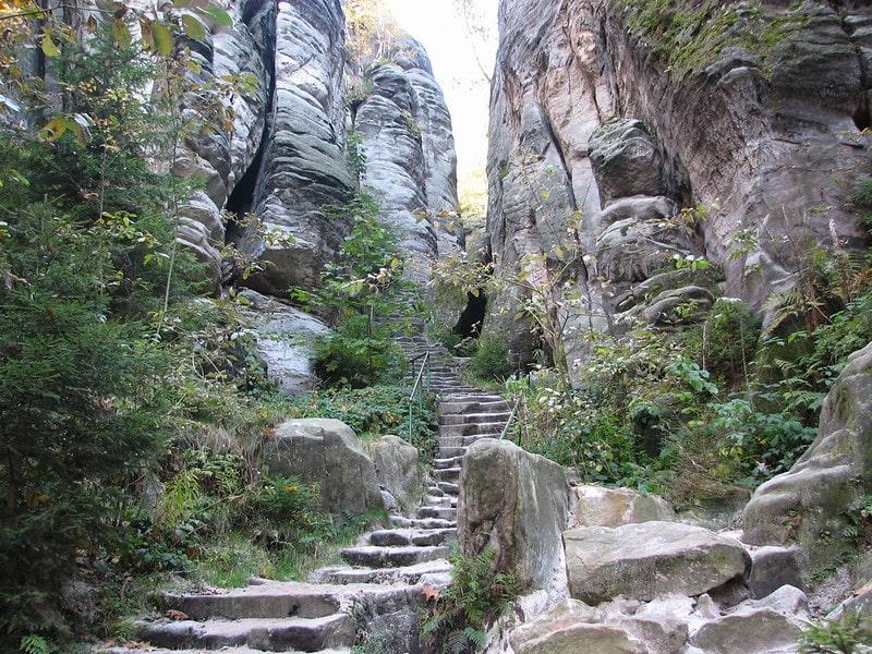 Pad door tussen de Prachov rotsen