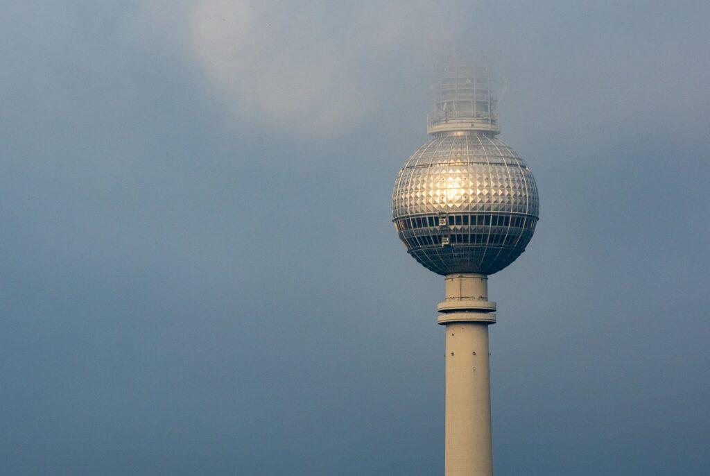 Fernsehturm Berlijn in de wolken