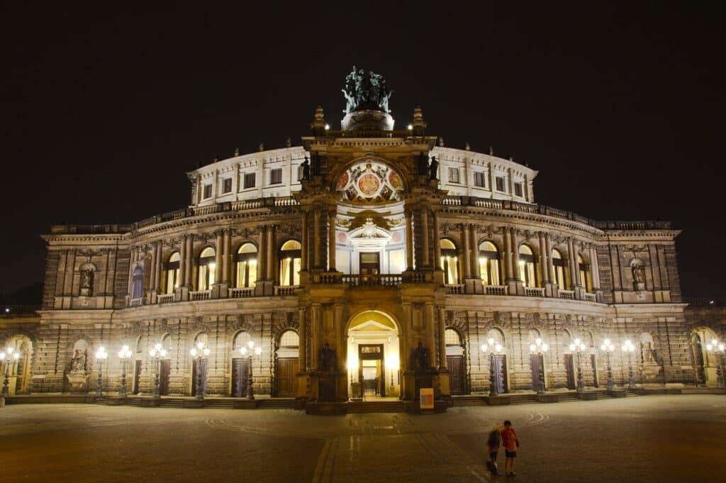 Het operagebouw bij nacht